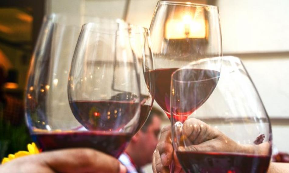 Dør du for tidligt af at drikke otte glas vin om ugen?   Tjekdet
